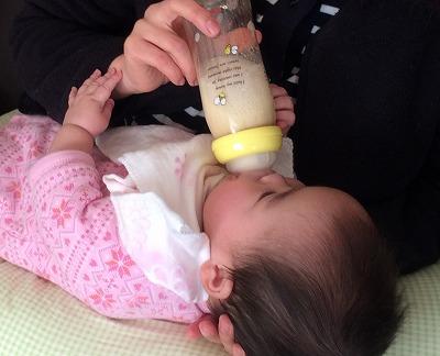 哺乳瓶でミルク