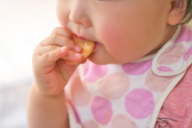 お菓子をたべる子