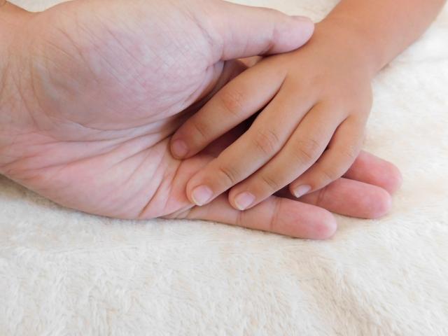 手と手をつなぐ